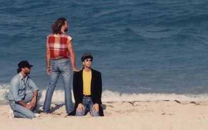 Maurice, Barry (stoi) i Robin Gibbowie, czyli Bee Gees – zespół legenda sprzedał ponad 220 milionów