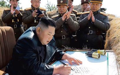 Jedno z ostatnich zdjęć Kima, z inspekcji w jednostce obsługującej moździerze. Nie wiadomo, kiedy zo