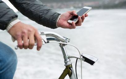 Holandia zakaże rowerzystom trzymania telefonu w ręku