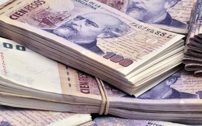 Argentyna zaciska pasa, peso mocno traci