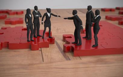 Przekształcenia przedsiębiorstw: jak rozliczać straty i dochody przy przejęciu spółki