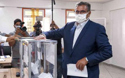 Aziz Akhannouch, lider RNI, oddaje głos w wyborach