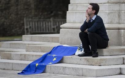 Co dalej ze wspólną Europą? Martwią się też niektórzy Brytyjczycy. Zdjęcie sprzed gmachu parlamentu