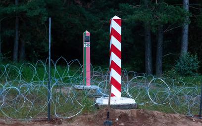 Budowa ogrodzenia na granicy polsko-białoruskiej w okolicy wsi Nomiki