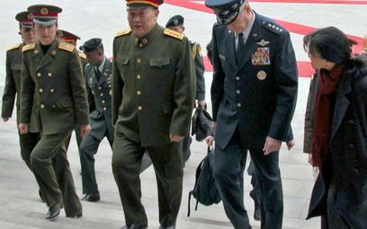 W lepszych czasach - gen. Guo Boxiong podejmuje amerykańską delegację w Pekinie (fot. US Departament