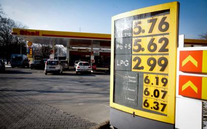 Rząd podnosi opłatę paliwową
