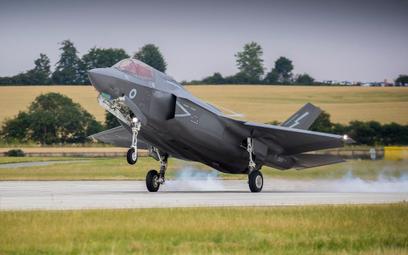 Jeden z sześciu nowych F-35B, które przyleciały na Wyspy Brytyjskie 17 lipca ląduje w bazie Marham.