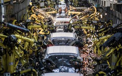 Sektor samochodowy ostrzega przed twardym Brexitem