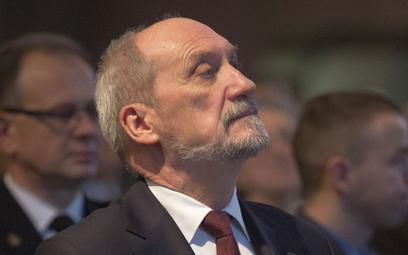 Macierewicz: UE narzuca i promuje ideologię LGBT