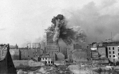 Powstanie Warszawskie: gmach Prudentialu trafiony przez pocisk z moździerza