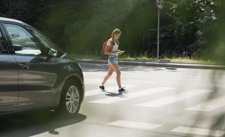 Zbadań wynika, że korzystanie ztelefonu podczas przechodzenia przez jezdnię to marginalny problem