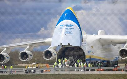 Na początku pandemii sprzęt medyczny sprowadzano m.in. z Chin (na zdj. samolot transportowy Antonow
