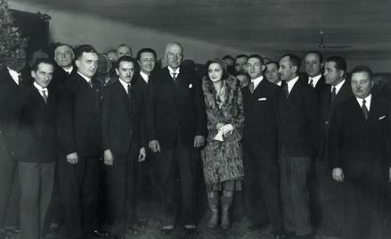 Premiera filmowa, na którą przybył prezydent Ignacy Mościcki. Obok niego Barbara Orwid, Jerzy Marr,
