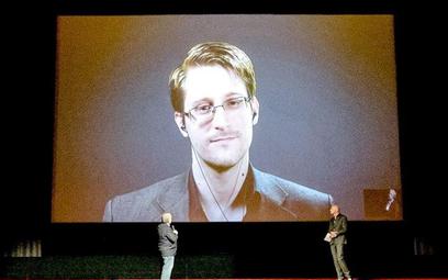"""Edward Snowden w czasie niedawnej konferencji """"na żywo""""."""