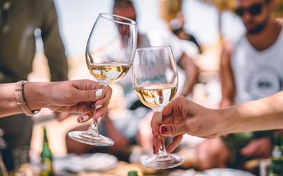 Wino bezalkoholowe: w jaki sposób powstaje i jak smakuje?