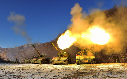 Haubicoarmaty samobieżne K55A1 podczas strzelań ćwiczebnych. Fot./Ministerstwo Obrony Republiki Kore