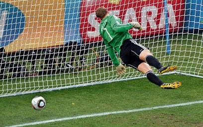 Anglicy wiedzą, że odpadli nie tylko przez bramkę widmo / fot: JON HRUSA