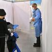 Prezydent Wałbrzycha, kardiolog Roman Szełemej (P) bada pacjentów w punkcie szczepień na terenie Cen