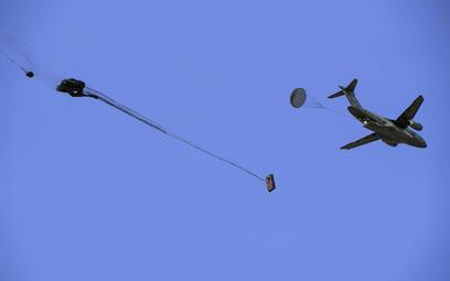 Zrzut spaletyzowanych ładunków z samolotu KC-390 podczas testów na poligonie Yuma w Arizonie. Fot./E