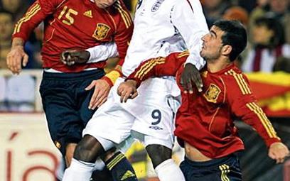 Mecz w Sewilli. Sergio Ramos (z lewej), Emile Heskey i Raul Albiol
