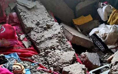 Wnętrze uszkodzonego w wyniku trzęsienia ziemi budynku w miejscowości Tehoru na wyspie Seram (archip