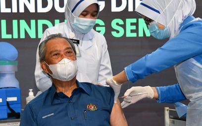 Koronawirus. Premier Malezji się zaszczepił. Otrzymał brawa