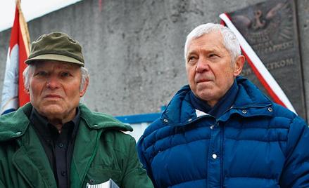 Jerzy i Ryszard Kowalczykowie przed tablicą pamiątkową