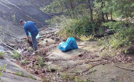 Białorusin z własnej inicjatywy posprzątał las w Zielonej Górze. Teraz władze miasta chcą mu za to p