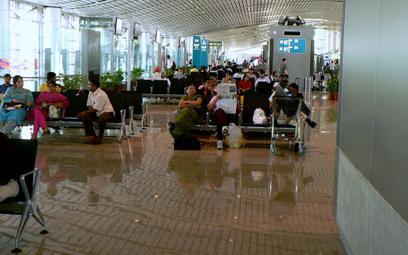 Indie: Policjanci na lotniskach mają się mniej uśmiechać
