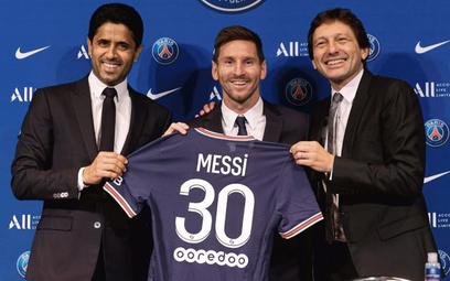 Leo Messi w towarzystwie szefa PSG Nassera Al-Khelaifi (z lewej) i dyrektora sportowego klubu, Brazy