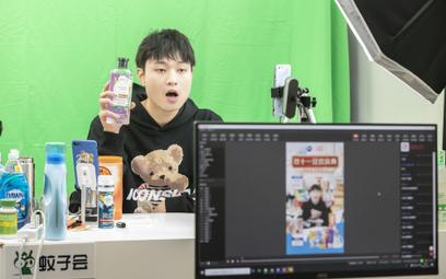 Livestreamer promuje produkty higieniczne online w czasie Dnia Singla