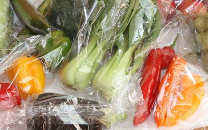 Warzywa i owoce w plastiku: Sklepy zapewniają, że jest lepiej