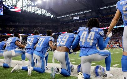 Futboliści Detroit Lions przed meczem ligi NFL z Atlanta Falcons