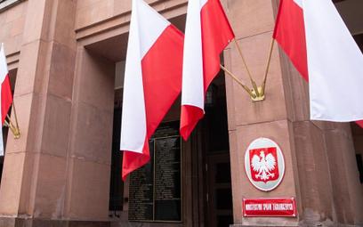MSZ odradza zagraniczne podróże i szykuje zakaz lotów do kolejnych krajów. Na liście Hiszpania, Chorwacja, Malta