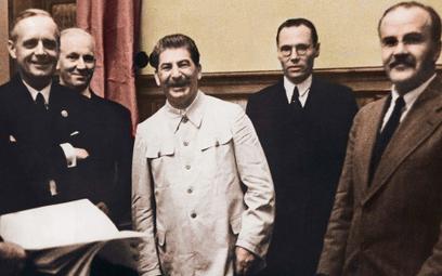 W okresie PRL historia II wojny światowej była systematycznie zakłamywana. Dotyczyło to też podpisan