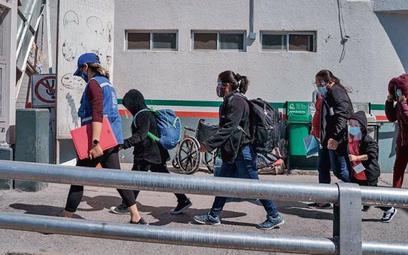 Imigranci wkraczają do USA z Meksyku, 10 marca