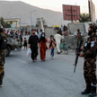 Talibowie w pobliżu miejsca zamachu w Kabulu