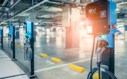 Czytniki kart obowiązkowe na stacjach ładowania e-aut