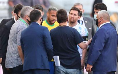 Neymar i Lionel Messi rozmawiają z przedstawicielami Anvisy na murawie stadionu
