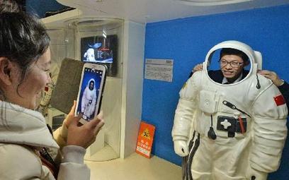 I ty zostaniesz taikonautą. Odwiedzające pekińskie Muzeum Nauki małżeństwo uwiecznia się w kosmiczny