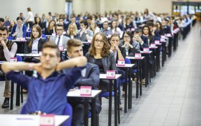 Posłowie PiS: obniżyć opłatę za egzamin na aplikacje