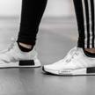 Trzy paski to jeden z symboli marki Adidas.