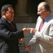 Hugo Chavez (z lewej) witany przez Juana Carlosa w królewskiej rezydencji