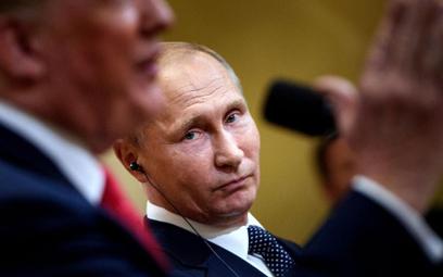 Uścisk dłoni prezydentów USA i Rosji zaraz przed rozpoczęciem rozmów w Helsinkach