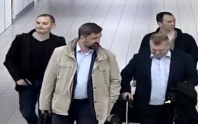 Czterej oficerowie rosyjskiego wywiadu wojskowego na lotnisku w Hadze