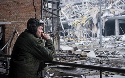 Prorosyjski rebeliant na zburzonym lotnisku w Doniecku, 2 marca 2015 r.