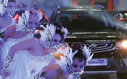 Motoryzacja za pieniądze z Chin. Tancerki podczas prezentacji jednego z modeli (Emgrand X7) składany