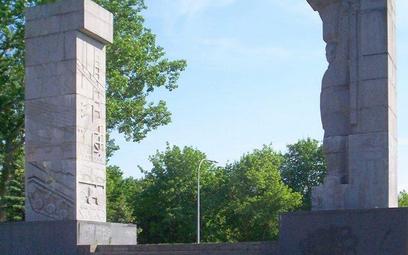 Komunistycznych monumentów jest w Polsce jeszcze ok. 500. Na zdjęciu pomnik w Olsztynie.