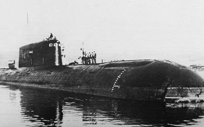"""Napędzana energią jądrową łódź podwodna """"Komsomolec"""" zatonęła na Morzu Norweskim 7 kwietnia 1989 r."""