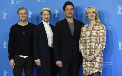 Duńscy aktorzy Ulrich Thomsen i Trine Dyrholm, reżyser Thomas Vinterberg i aktorka Helene Reingaard